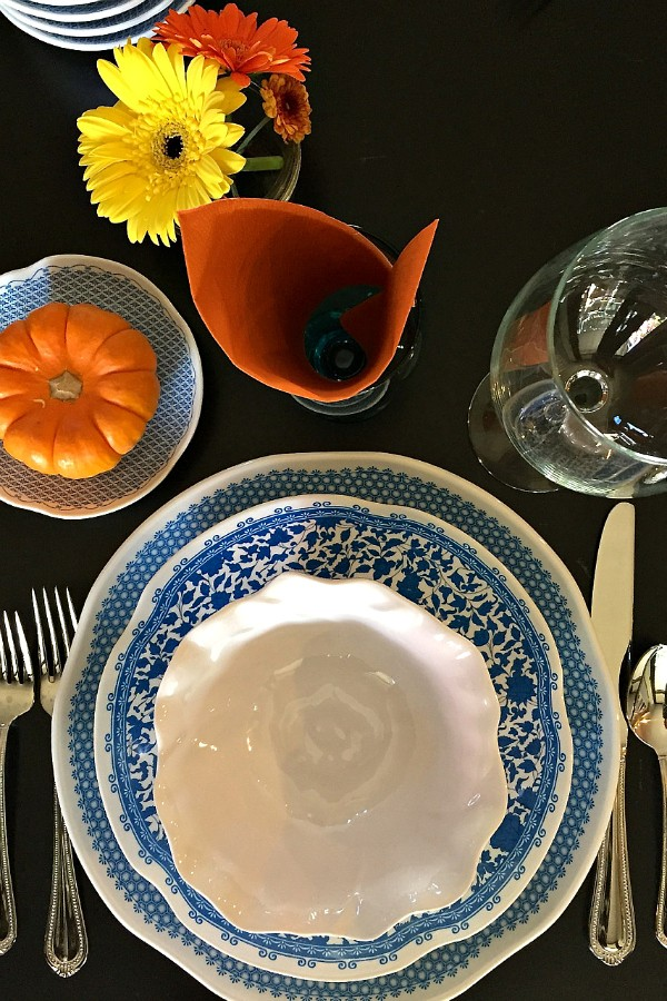 Q Squared Table Setting | ReluctantEntertainer.com