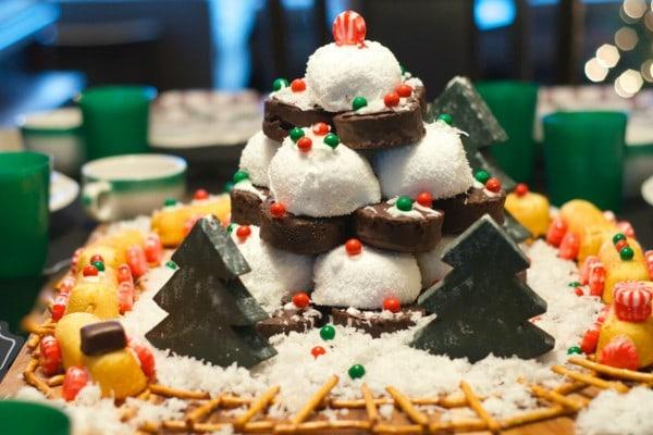 Winter Wonderland Edible Centerpiece #HostessHoliday #HostessHolidaySweeps
